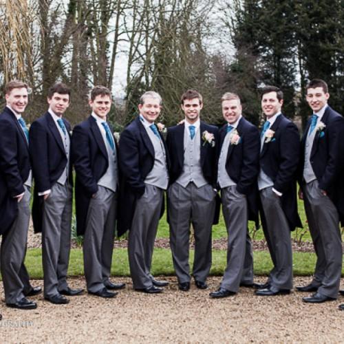 Een groep mannen in jacquet welke verhuurd worden op een bruiloft