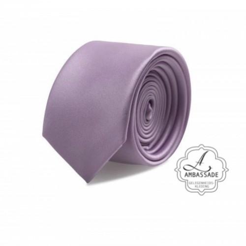 Gladde glansende effen stropdas van satijn met een pochet voor een bruidegom of voor bij een jacquet in pastel tinten. Lila