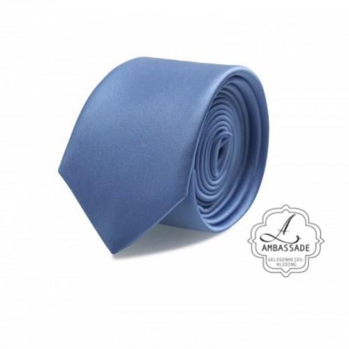 Gladde glansende effen stropdas van satijn met een pochet voor een bruidegom of voor bij een jacquet in pastel tinten. Licht blauw