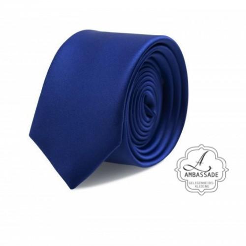 Gladde glansende effen stropdas van satijn met een pochet voor een bruidegom of voor bij een jacquet in pastel tinten. Blauw of konings blauw