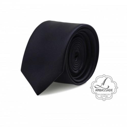 Gladde glansende effen stropdas van satijn met een pochet voor een bruidegom of voor bij een jacquet in pastel tinten. Zwart