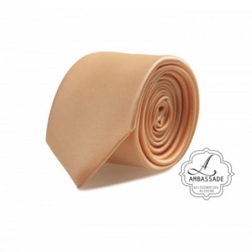 Gladde glansende effen stropdas van satijn met een pochet voor een bruidegom of voor bij een jacquet in pastel tinten. peach