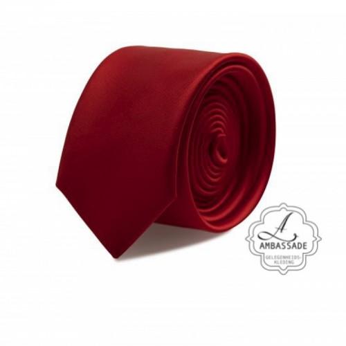 Gladde glansende effen stropdas van satijn met een pochet voor een bruidegom of voor bij een jacquet in pastel tinten. rood