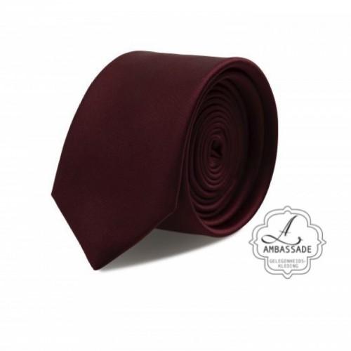 Gladde glansende effen stropdas van satijn met een pochet voor een bruidegom of voor bij een jacquet in pastel tinten. Bordeaux rood