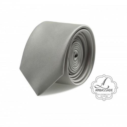 Gladde glansende effen stropdas van satijn met een pochet voor een bruidegom of voor bij een jacquet in pastel tinten. grijs