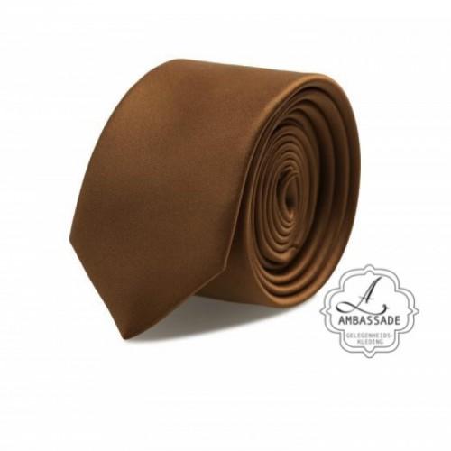 Gladde glansende effen stropdas van satijn met een pochet voor een bruidegom of voor bij een jacquet in pastel tinten. Bruin