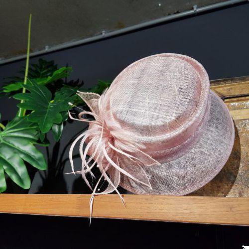 Toupe/ blush kleurige hoed €139,95