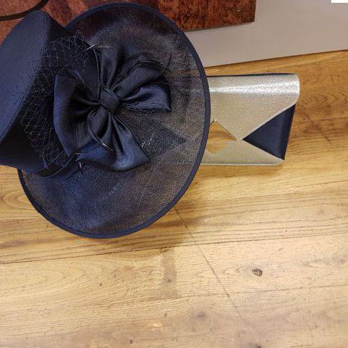 donker blauwe/ navy kleurige hoed  €229,95