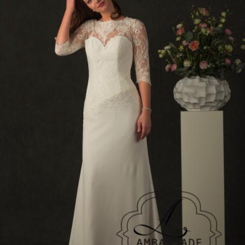 Vrouw in eenvoudige, A- symmetrische bruidsjurk met mouwen.