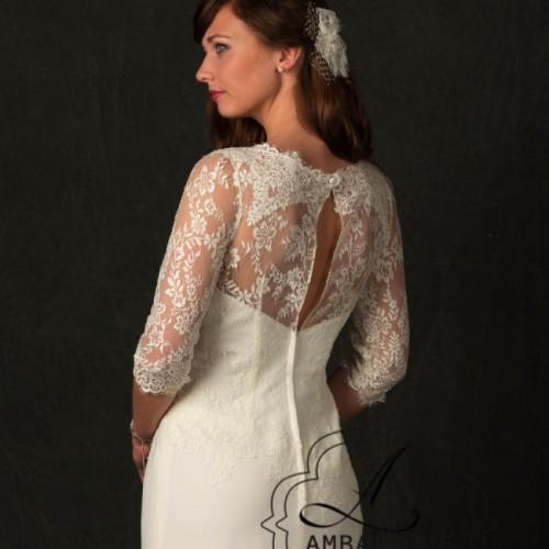 Achterkant van bruidsjurk met hooggesloten rug van kant.