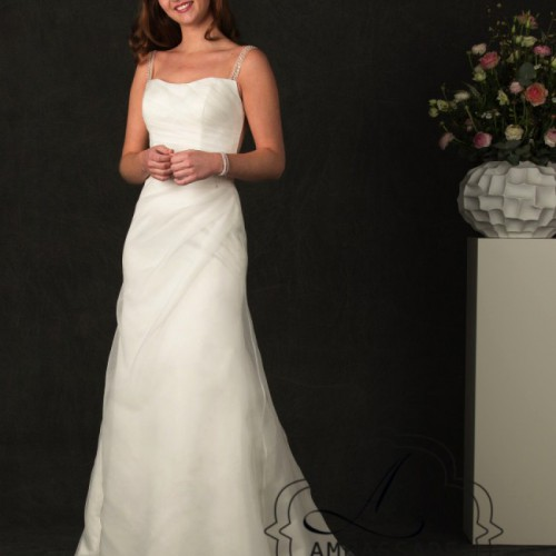 Vrouw in bruidsjurk van organza met mooi afkledende plooitjes.