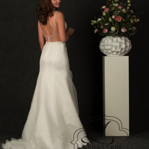 Achterkant van bruidsjurk met zeer lage, transparante rug.