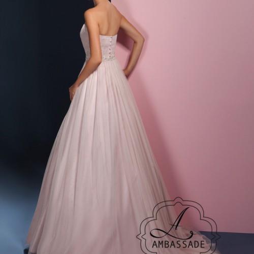 Achterkant van vrouw in A-lijn bruidsjurk met sleep van soft tule