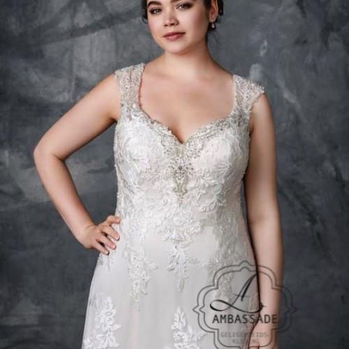 Detail van vrouw in bruidsjurk met V-hals in een grote maat.