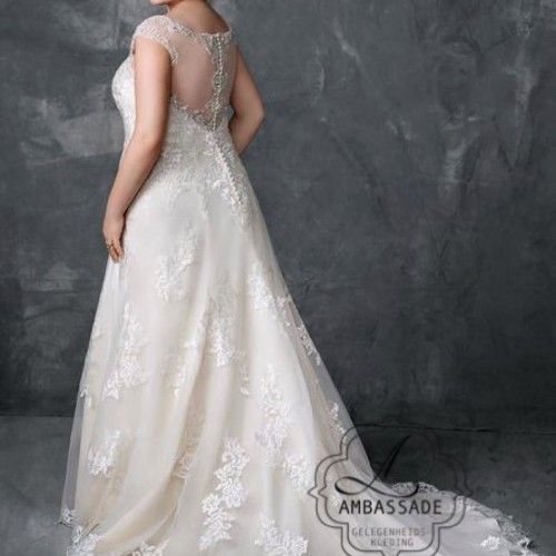 Achterkant van bruidsjurk met transparante rug en kanten sleep.