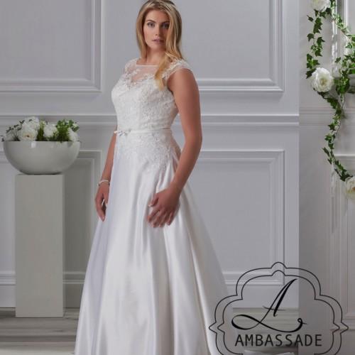 Dame in plus size bruidsjurk met hoge halslijn en satijnen rok.