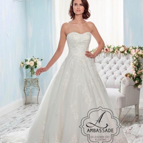 Strapless bruidsjurk met sweetheart lijn en wijde tule rok met kant.