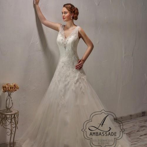 Vrouw in bruidsjurk met V-hals en A-lijn rok.