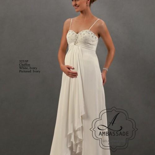 Zwangere vrouw in positie bruidsjurk met bandjes en voile rok.