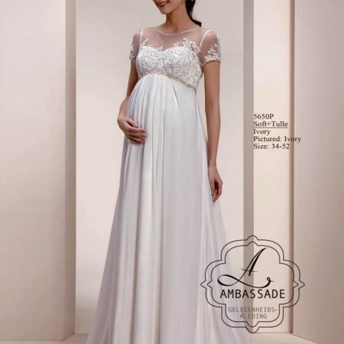 Zwangere vrouw in positie bruidsjurk met voile rok en klein mouwtje.