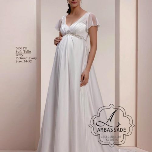zwangere vrouw in positie bruidsjurk met klein mouwtje en voile rok.