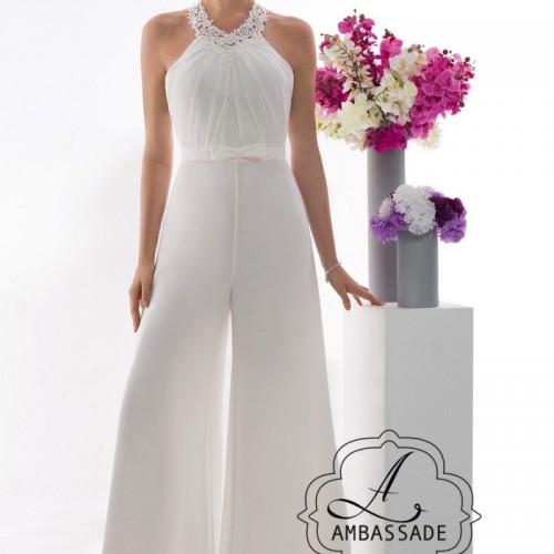 Bruid in broekpak van voile met wijde pijpen en kant.