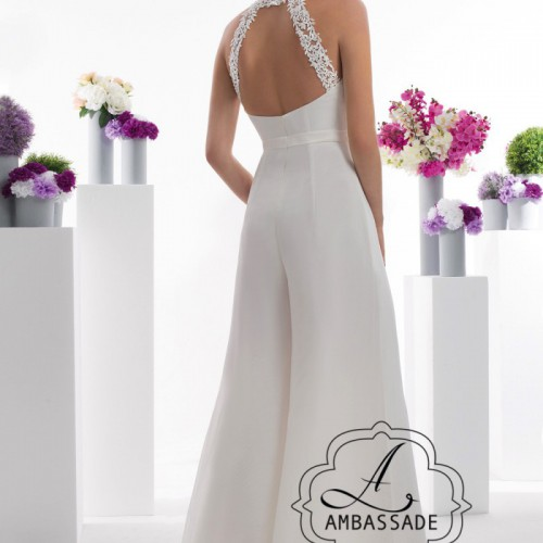 Achterkant van bruid in broekpak van voile met wijde pijpen en lage rug.