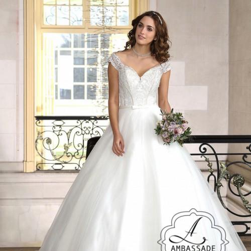 Bruid in prinsessen bruidsjurk met wijde rok en V-hals.