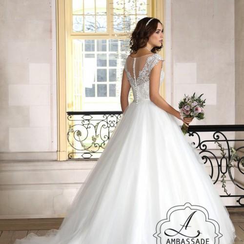 Achterkant van bruid in prinsessen bruidsjurk met wijde rok en transparante achterkant