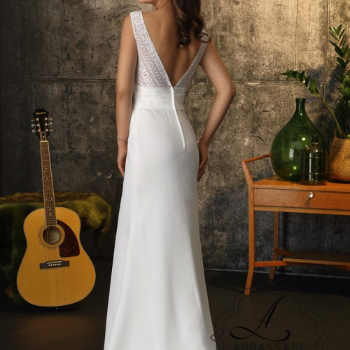 Achterkant vrouw eenvoudige in bohemian bruidsjurk met lage rug en gladde rok.