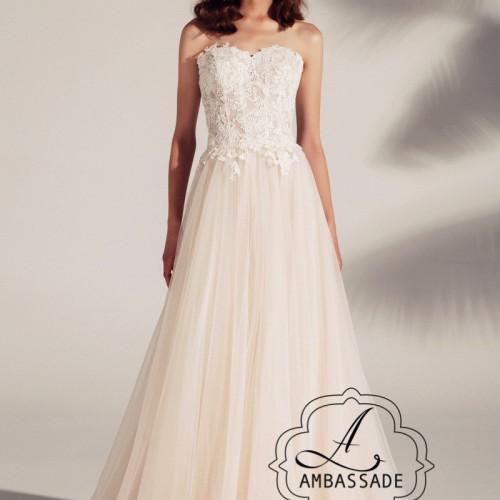Romantische strapless bruidsjurk met wijde tule rok in de kleur champagne.