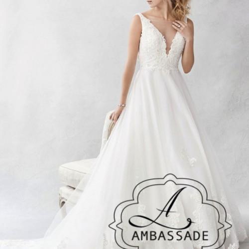 Vrouw in bruidsjurk met kanten lijfje met diep decolleté en wijde rok.