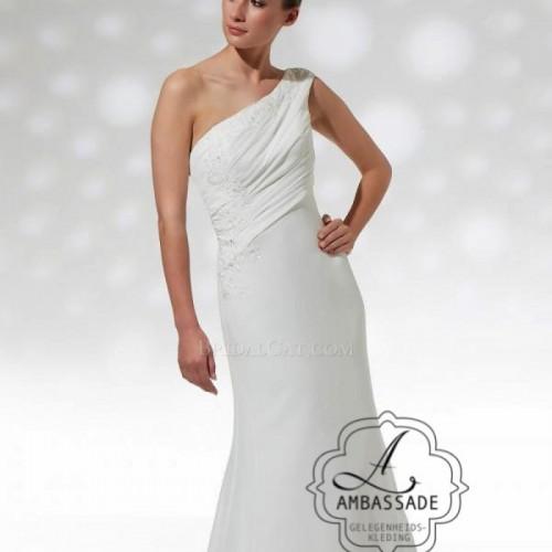 A-symmetrische bruidsjurk van voile met eenvoudige fishtail rok.