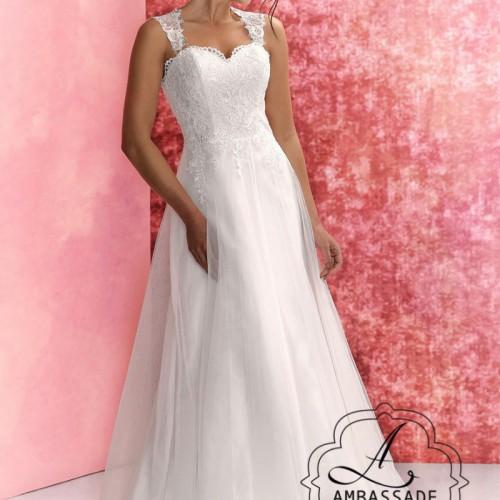 Voorkant van vrouw in bruidsjurk met sweetheart, bandjes en wijde rok.