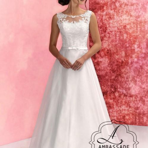 Voorkant van A-lijn bruidsjurk met hoge halslijn en wijde rok.