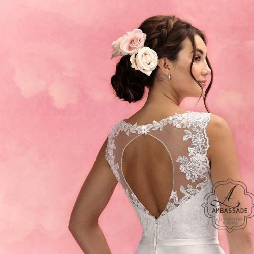 Detail van achterkant van bruidsjurk met keyhole en transparante achterkant.