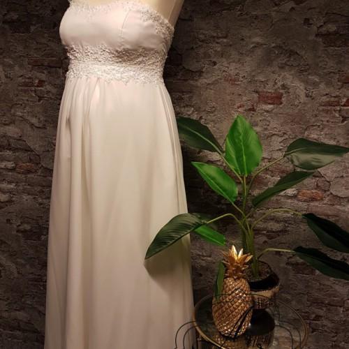 Voorkant van strapless positie bruidsjurk met zwangere buik.