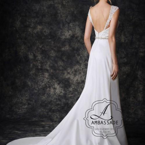 Achterkant van budget bruidsjurk met lage rug en satijnen rok met sleep.