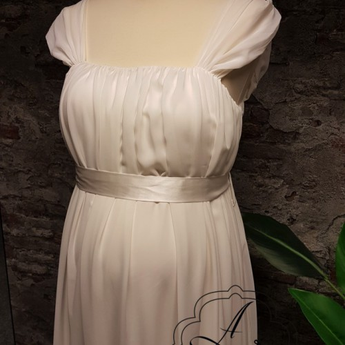 Chiffon positie bruidsjurk met mouwtje en eenvoudige band in de taille.