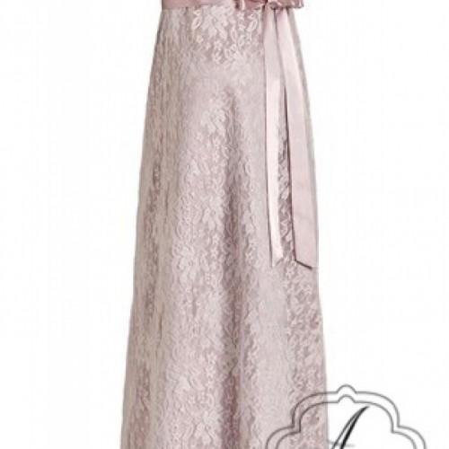 Positie bruidsjurk van kant met roze ondertoon en band.