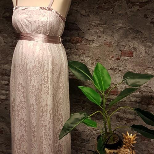 Kanten positie bruidsjurk met roze ondertoon en roze band in de taille.