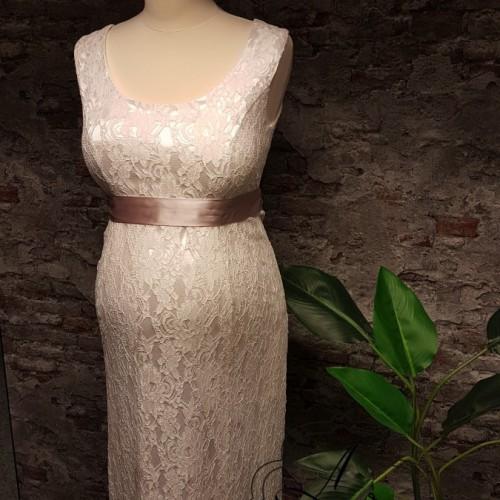 Kanten positie bruidsjurk, strak model met brede banden over de schouder.