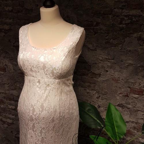 Strakke positie bruidsjurk, helemaal van kant en brede banden op de schouder.