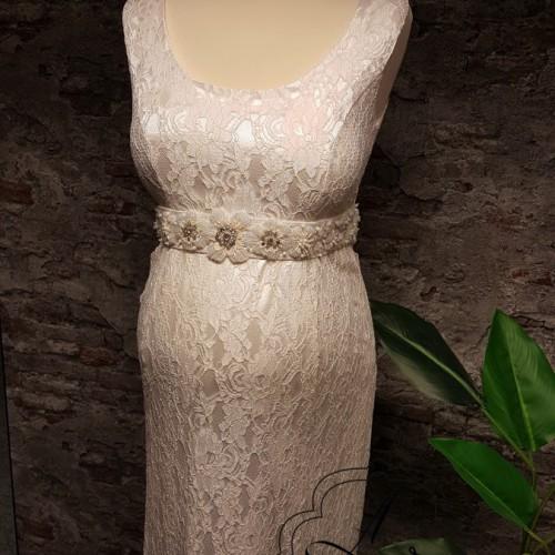 Hemd model positie bruidsjurk van kant en lange, strakke rok.