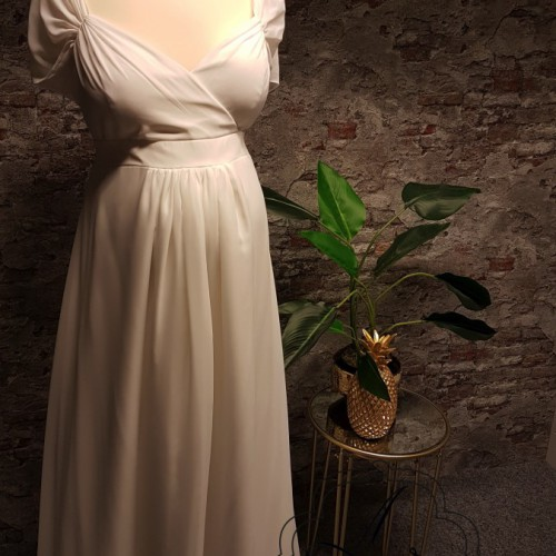 Voile positie bruidsjurk met mouwtje en V-hals.