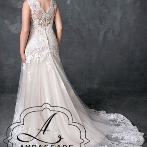 Achterkant van dame in bruidsjurk met kanten rug en sleep.