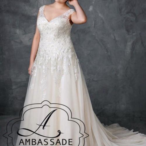 De gouden ondertoon van deze bruidsjurk geeft het geheel een lux effect.