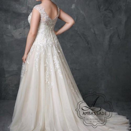 De mooie sleep met slank vallende rok geven je een echt bruids gevoel!