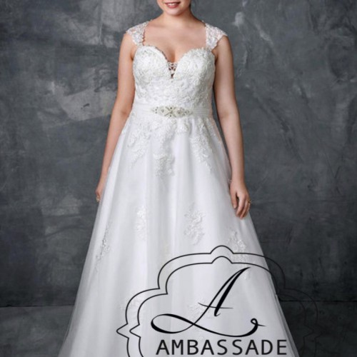 Dame met grote maat in A-lijn bruidsjurk.