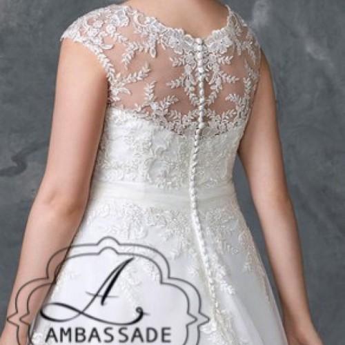 Achterkant van dame met grote maat in bruidsjurk met hooggesloten rug met knoopjes.